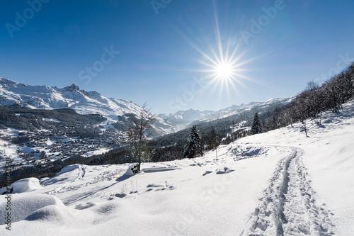 Soleil sur les pistes de ski des Alpes à Valmorel, Courchevel, France Poster