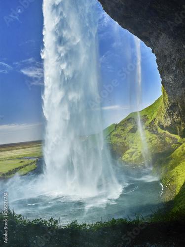 piękny wodospad w lecie Islandii