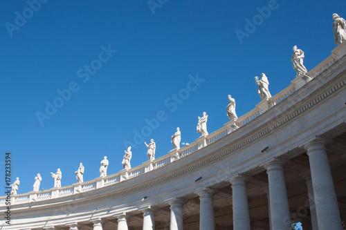 bella veduta sculture piazza san pietro, vaticana roma italia Poster