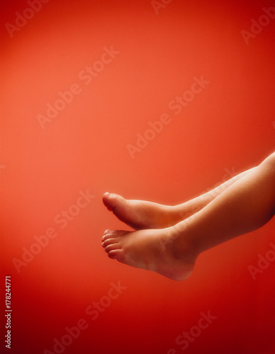 Leinwanddruck Bild Babyfuesse mit textraum in Rot