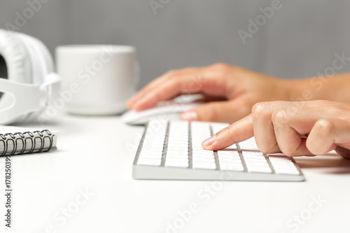 Poster Woman's hands on a keyboard