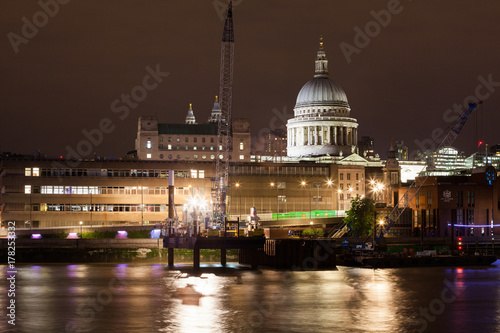 Foto op Plexiglas London London nights from the piers with Canary Wharf view