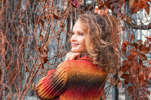 Papiers peints Orange eclat Beautiful girl in autumn leaves and in the shine of the sun