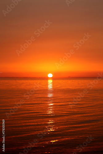 Papiers peints Marron Photo of a bright sea sunset