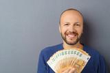 mann freut sich über ein menge geld - 178308180