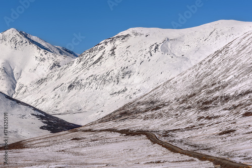 Papiers peints Taupe road mountain snow gravel autumn
