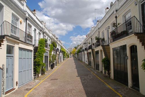 Poster Smal steegje White houses in Holland Park, London