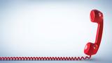Telefonhörer mit Kabel am Boden rot - 178339348