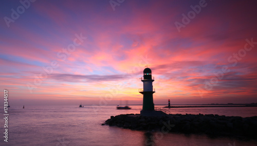 Fotobehang Aubergine Warnemünde Hafeneinfahrt vor Sonnenaufgang