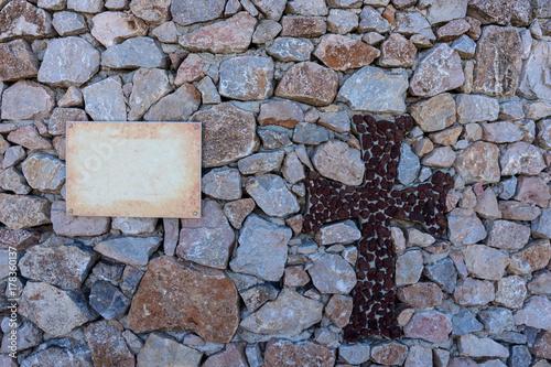 Foto op Canvas Baksteen muur Kreuz aus Steinen in einer Mauer