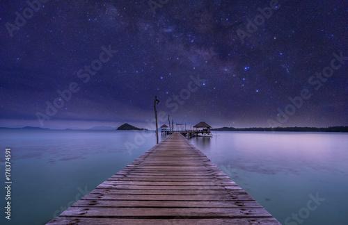 nocny widok na ocean drewna dok i milkyway na niebie