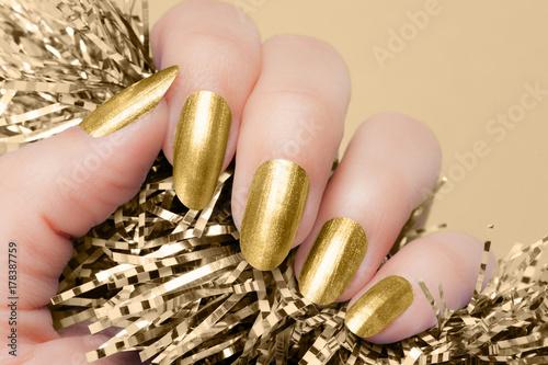 Papiers peints Manicure golden nails manicure
