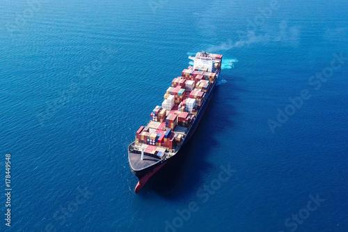 Bardzo duży statek kontenerowy (ULCV) na morzu - obraz z lotu ptaka