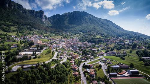 Aluminium Blauwe jeans Paese di montagna - vista aerea da drone