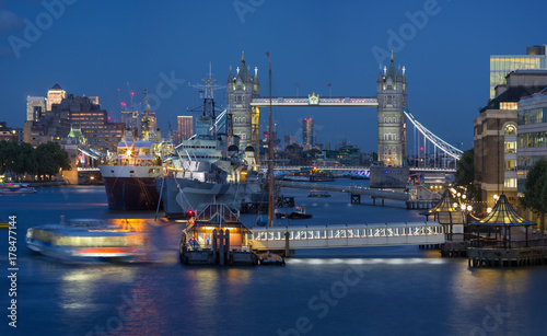 Keuken foto achterwand Schip London - The Tower bridge with the ships and riverside at dusk.