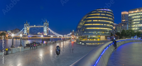 Fotobehang Schip London - The panorama of the Tower bridge, promenade with the the modern Town Hall building at dusk.
