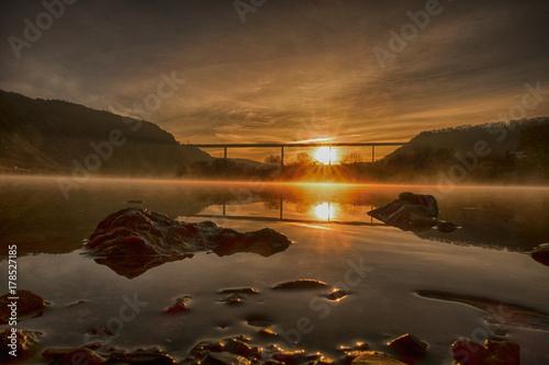 Foto op Plexiglas Chocoladebruin Sonnenaufgang an der Mosel