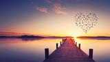 Steg mit Vogelschwarm in Herzform © Jenny Sturm