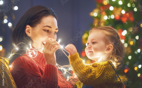 Papiers peints Kiev Mom and daughter near the Christmas tree