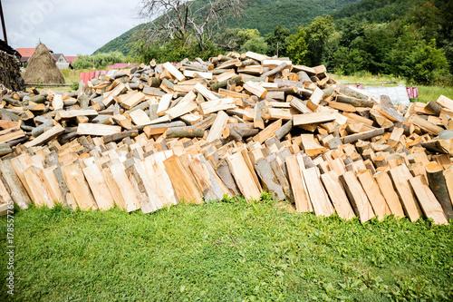 Papiers peints Texture de bois de chauffage Stacked firewood heap. Dry chopped firewood logs