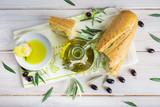 Aceite de oliva virgen extra especias hierbas y condimentos para una comida sana - 178578137