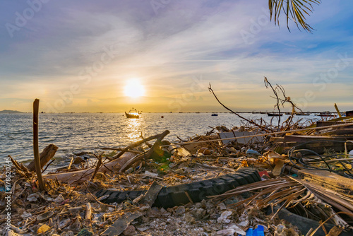 Foto op Canvas Lavendel Polluted beach