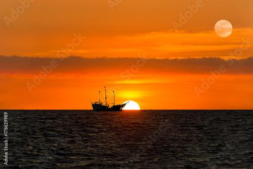 Keuken foto achterwand Schip Ship Pirate Silhouette