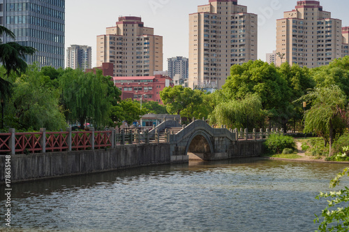 Fotobehang Shanghai Arch bridge in Chinese park