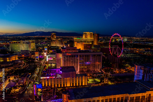 Poster Las Vegas Aerial view of Las Vegas strip in Nevada at night - USA