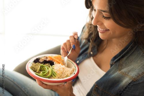 Foto Murales Woman eating a vegan bowl