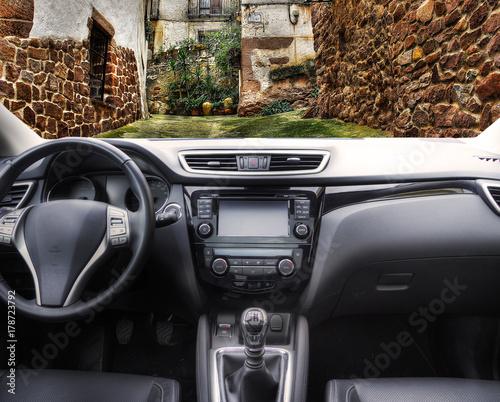 Wall mural pueblo rural visto desde dentro del coche