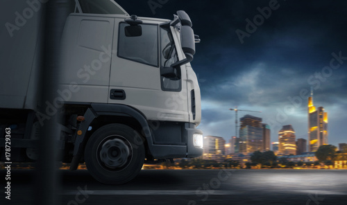 Plakat Truck infront of a City