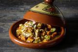 Gericht aus Gemüse und Hühnchen zubereitet in einer traditionellen marokkanischen Tajine - 178742994