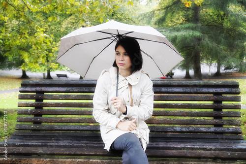 Juliste mujer en parque en día lluvioso