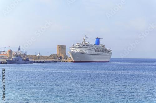 Keuken foto achterwand Schip Big cruise white ship for luxury vacation docked at marina waiting passengers