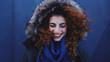 Mujer joven con un gorro de pelo de invierno