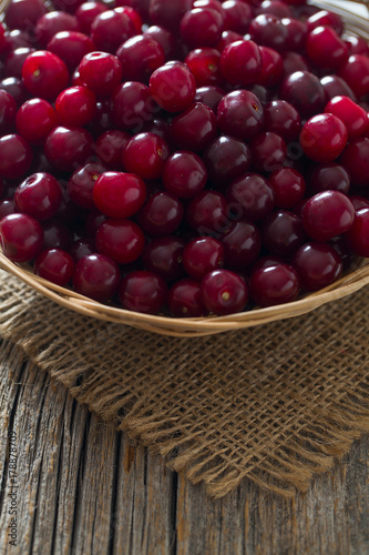 Aluminium Kersen cherries on wooden surface