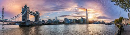 Fototapeta Die Skyline von London: von der Tower Bridge bis zum Tower bei Sonnenuntergang