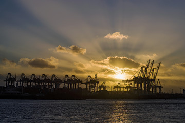 Sonnenuntergang in Hamburger Hafen