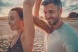 Paar tanzt am Strand bei einer Party