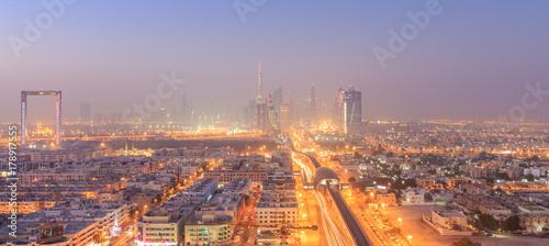 Papiers peints Dubai Dubai Financial Centre bei Sonnenaufgang