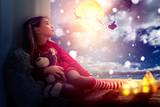 Kind wartet auf den Weihnachtsmann