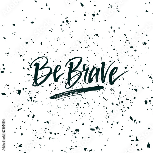 In de dag Positive Typography Be brave. Inspirational quote about life, positive phrase. Modern calligraphy text. Hand lettering design element. Ink brush calligraphy.