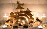Frohe Weihnachten, Handwerkskunst aus Holz: Rustikale, gemütliche Weihnachtskrippe mit Kerzenlicht und Schnee :) - 178928769