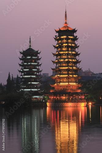 Fotobehang Guilin 日月双塔文化公園の日月双塔