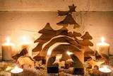Frohe Weihnachten, Handwerkskunst aus Holz: Rustikale, gemütliche Weihnachtskrippe mit Kerzenlicht und Schnee :) - 178928951