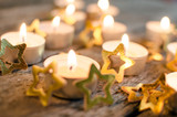 Fröhliche Weihnachten, Besinnlichkeit, Feier, Freude: gemütliches Kerzenlicht mit Goldsternchen :) - 178929542