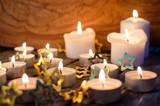 Fröhliche Weihnachten, Besinnlichkeit, Feier, Freude: gemütliches Kerzenlicht mit Goldsternchen :) - 178929980