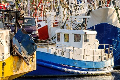 Fotobehang Schip Fischkutter im Hafen von Stolpmünde, Polen