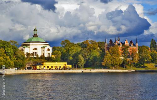 Staande foto Stockholm Остров Шеппсхольмен. Церковь Шеппсхольмен и здание Адмиралтейства. Стокгольм. Швеция